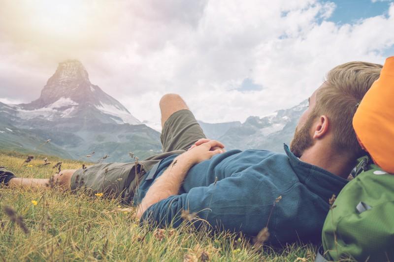 Camper ruht sich in den Schweizer Bergen aus