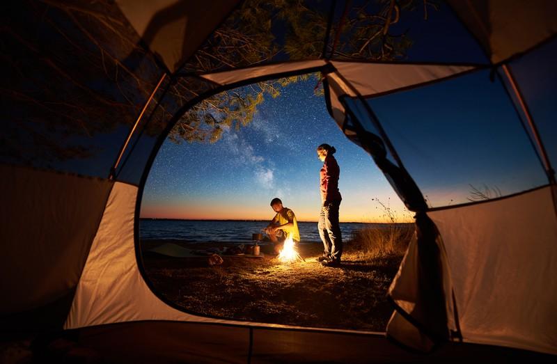 Junges Paar campt am Meer