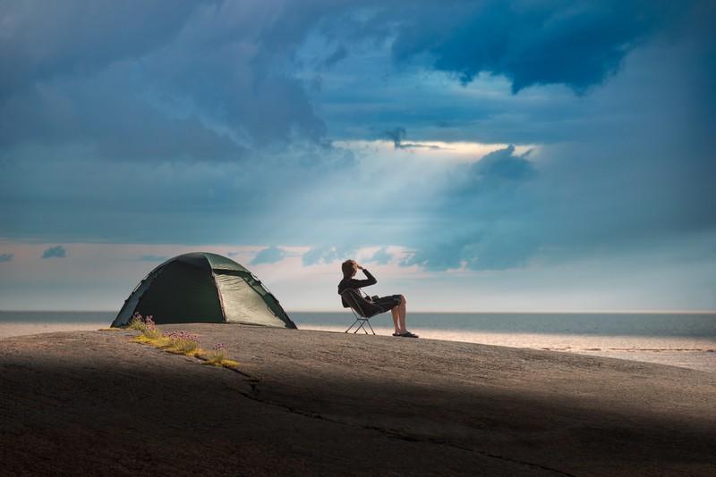 Mann campt am schwedischen Ufer