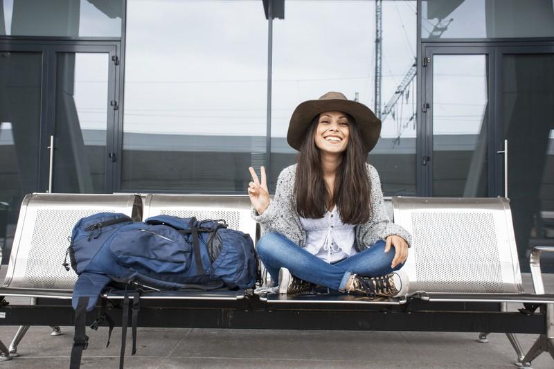 Frau entspannt auf Bank unterwegs