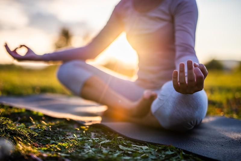 Frau meditiert auf einer Yoga-Matte