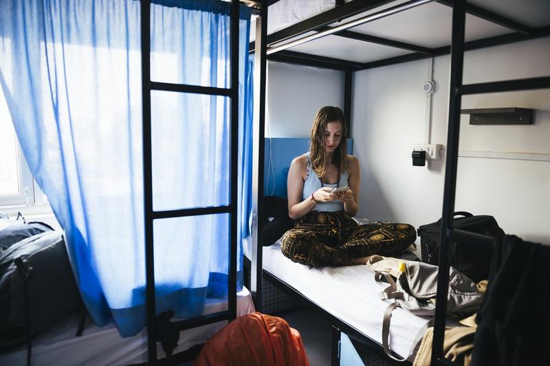 Frau sitzt unten im Etagenbett