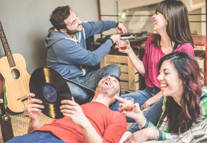Leute im Hostel machen Party