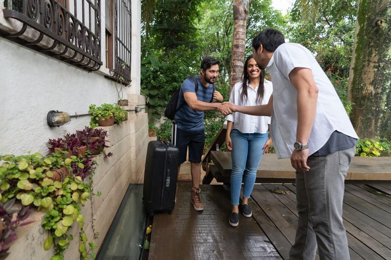 Mann begrüßt zwei neue Hostelbewohner