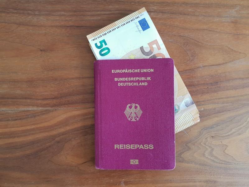 Pass und Bargeld sind Wertsachen