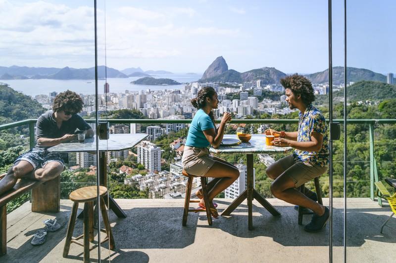 Zwei Menschen reden im Hostel miteinander