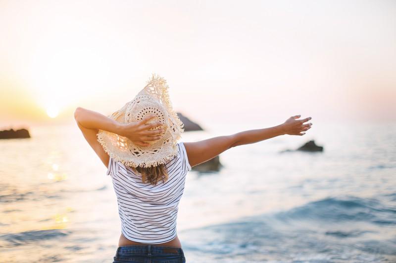Frau freut sich auszusteigen