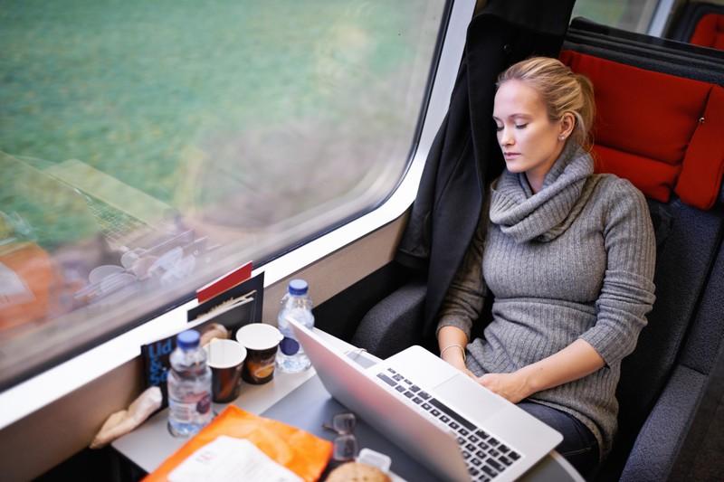 Frau trägt warmen Pullover im Zug