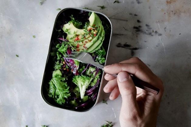 Lunchbox mit Salat für unterwegs