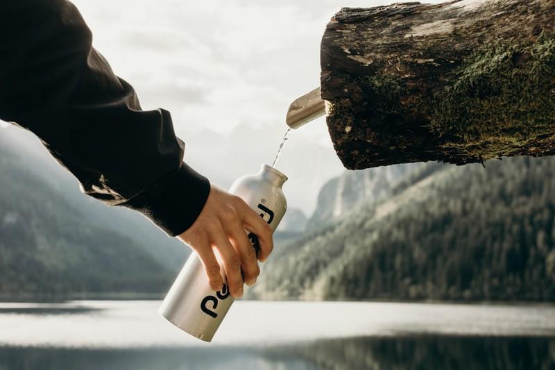 Nachhaltige Wasserflasche zum Befüllen
