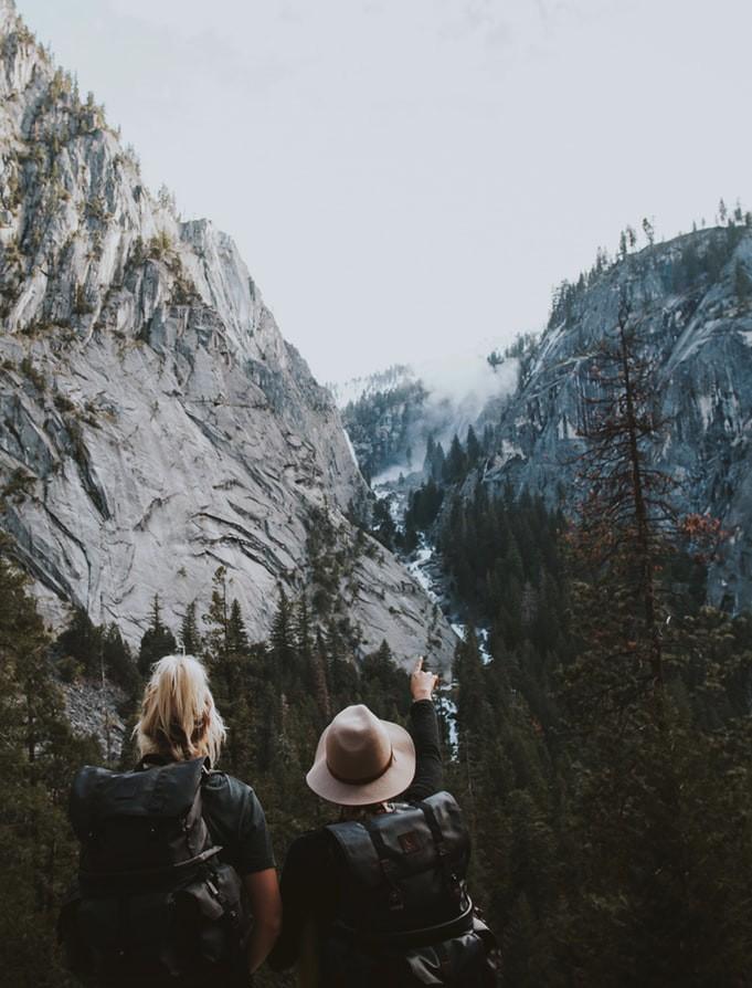 Foto von zwei Frauen auf Reisen in den Bergen