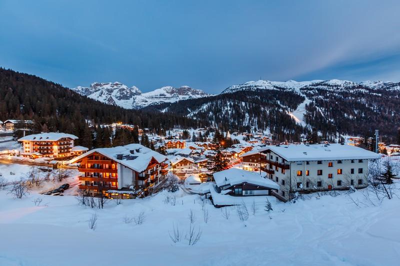 Beleuchtetetes Ski Resort von Madonna di Campiglio am Abend