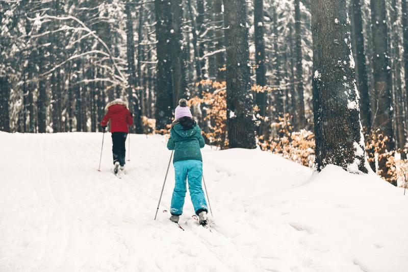 Schwestern in verschneiter Winterlandschaft auf Langlauf-Loipen-ski