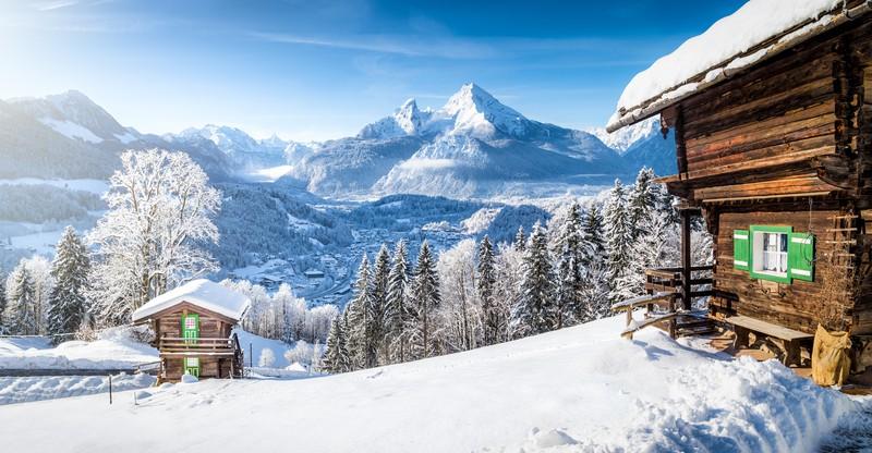 Winter-Wunderland mit Berghütten in den Alpen