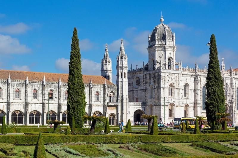 Das Mosteiro dos Jerónimos ist nur eine der vielen Sehenswürdigkeiten in Lissabon.