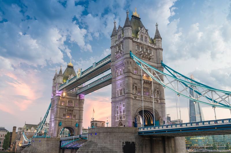 Die Tower Bridge in London ist bei Nacht besonders schön anzusehen.