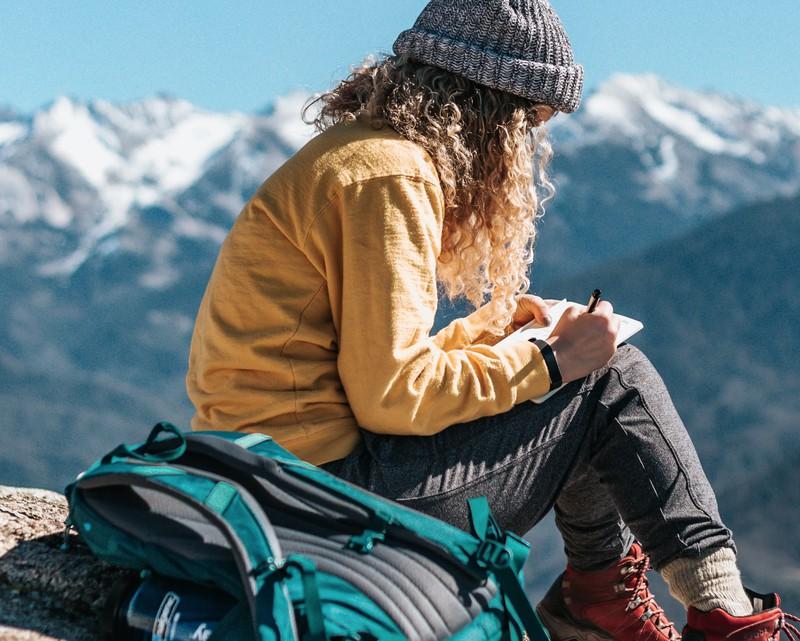 Frau die solo travelling macht und spart
