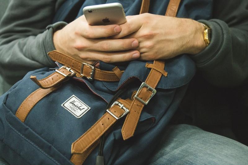 Mann benutzt spar-Apps, um beim solo travelling zu sparen