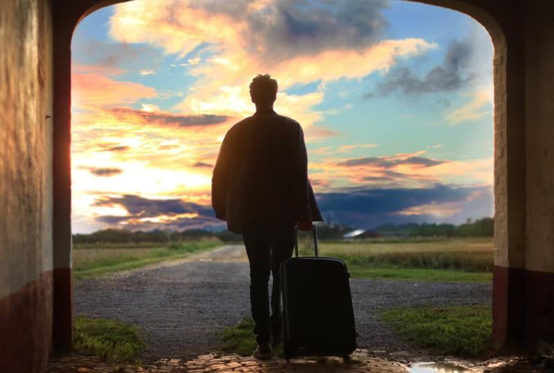 Mann macht solo traveling und spart beim Hotel