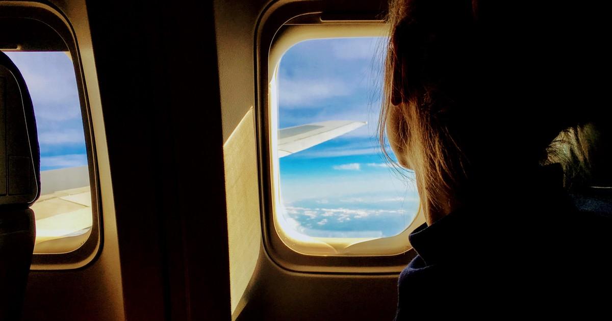 Warum du im Flugzeug die Blenden hochziehen solltest