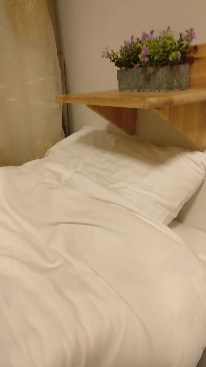 Brett über dem Bett im Hotelzimmer