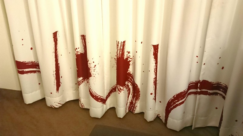 Hotelzimmer des Schreckens mit Vorhang