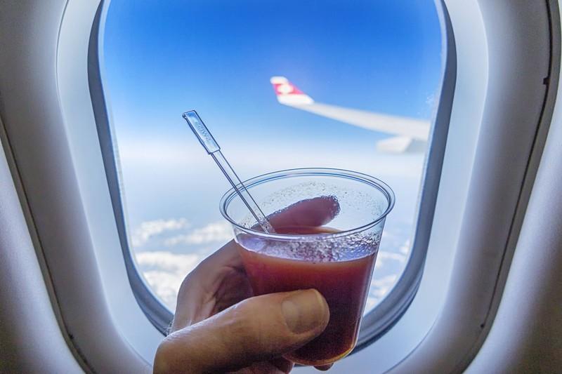Man sieht Tomatensaft über den Wolken, der bekanntlich im Flugzeug besser schmeckt