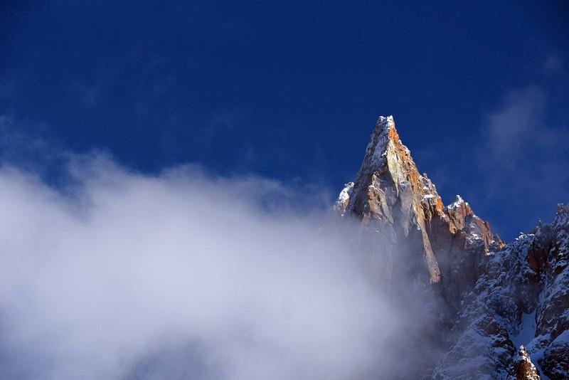 Der Mont Blanc hinter Wolken
