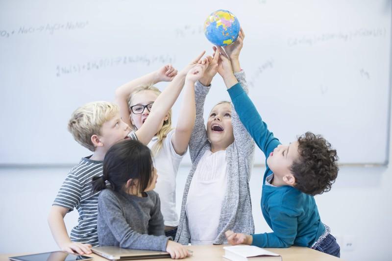 Kinder machen ein Erdkunde-Quiz
