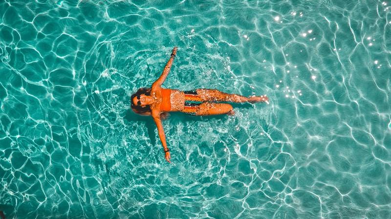 Um schlank im Urlaub zu bleiben sollte man schwimmen gehen