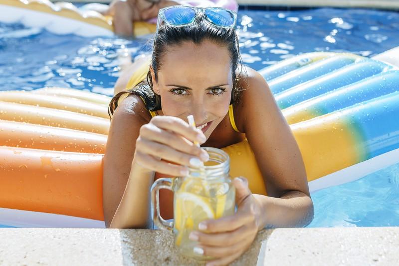 Um schlank im Urlaub zu bleiben sollte man viel Wasser trinken