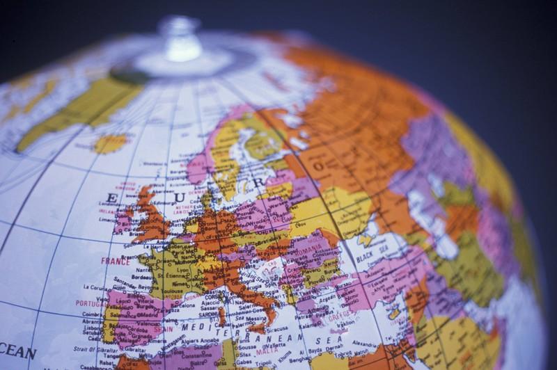 Ein Globus ist zu sehen und es geht um ein Quiz über die Erde