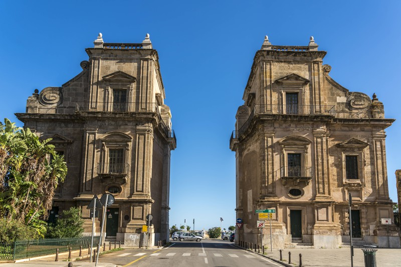 Falsch! Sizielien ist die größte Mittelmeerinsel: Das historische Stadttor Porta Felice, Palermo, Sizilien, Italien