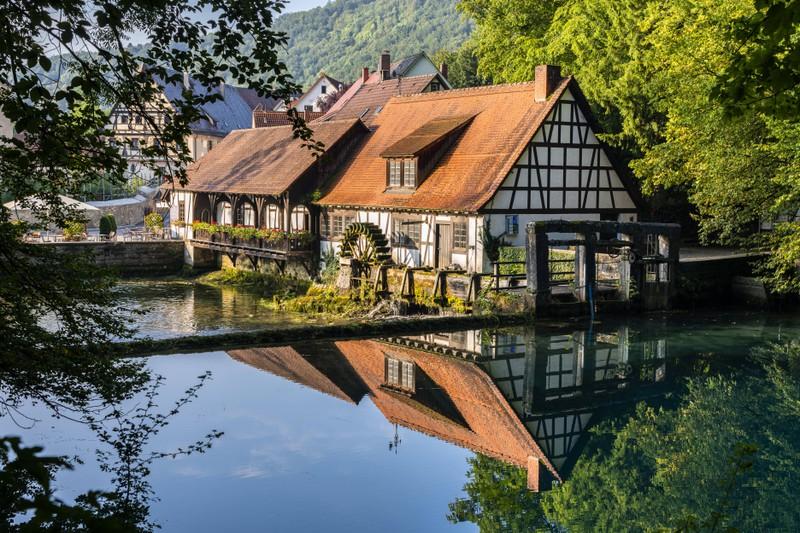 Richtig: Die Donau fließt durch Blaubeuren in Baden-Würtemberg