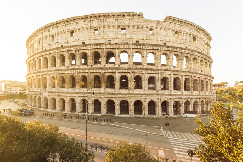 Das Kolosseum in Rom begeistert Touristen durch seine aufwendige Bauweise.