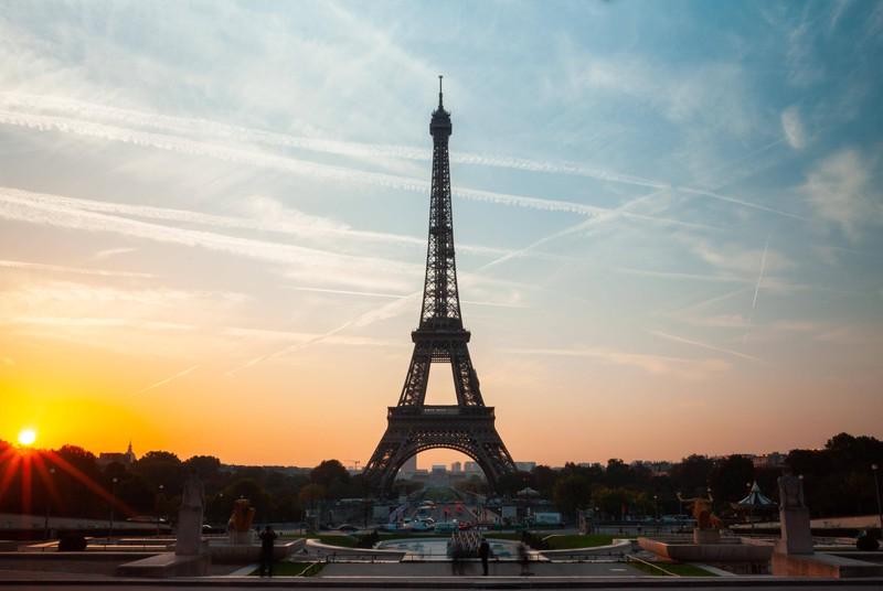 Der Eiffelturm in Paris ist eine viel besuchte Sehenswürdigkeit.