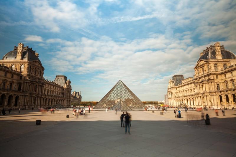 """Der Louvre in Paris beherbergt bedeutende Kunstwerke wie die """"Mona Lisa""""."""