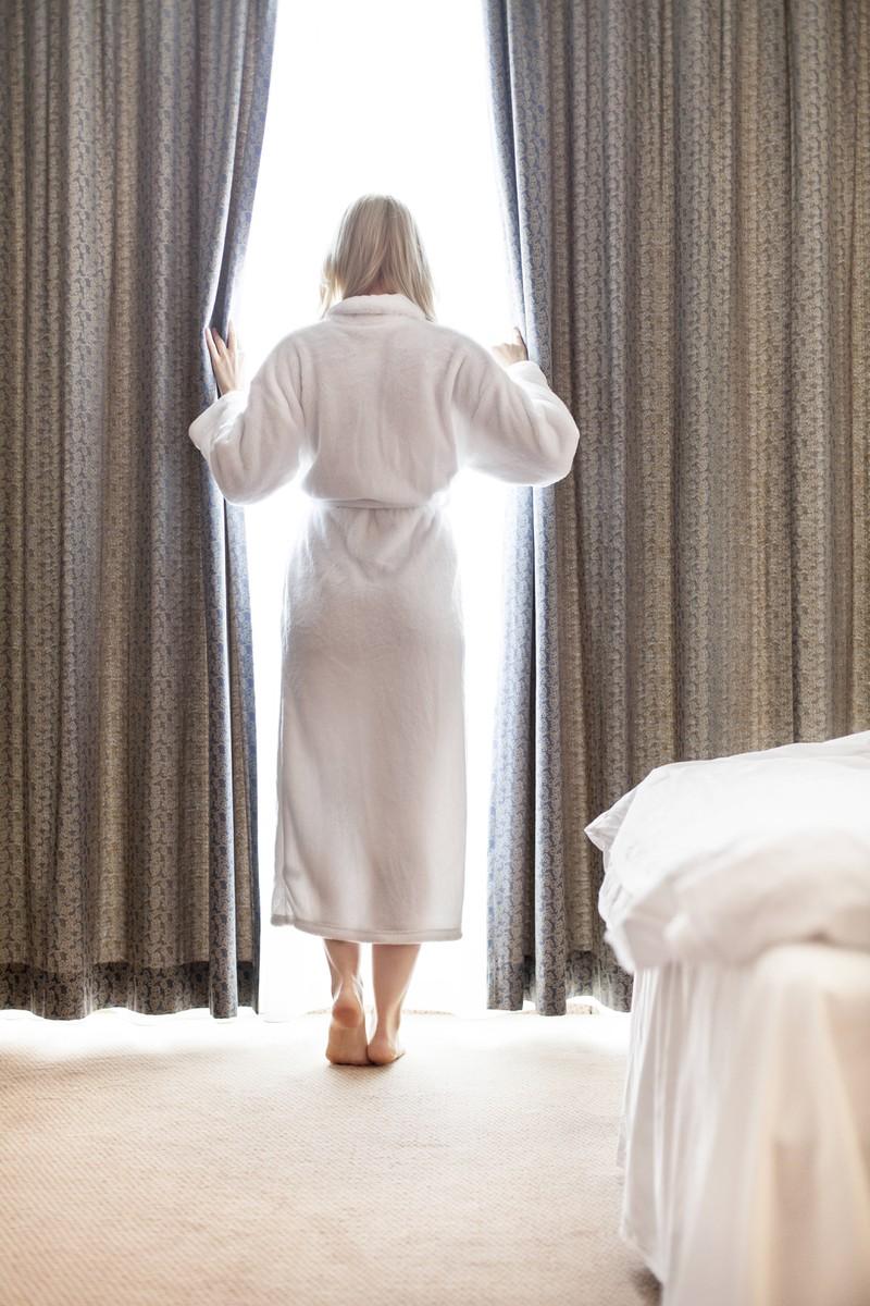 Hinter den Vorhängen im Hotelzimmer solltest du genau nachschauen.