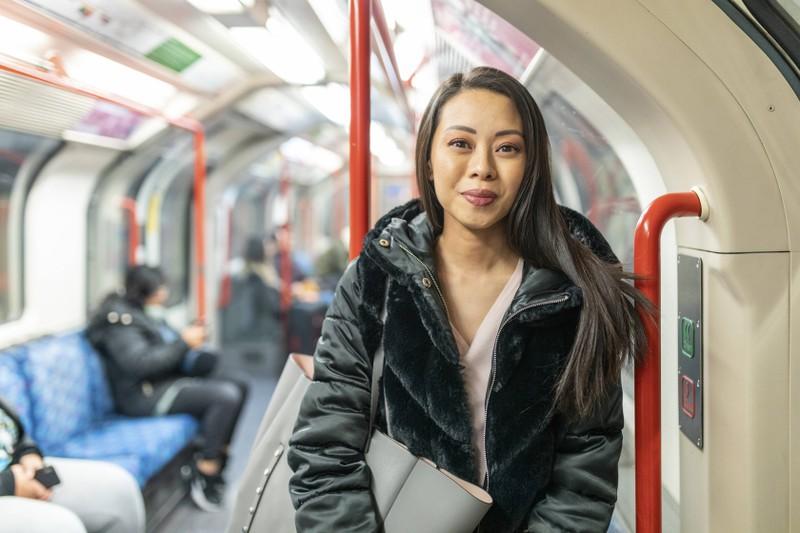 Einer Frau in der Bahn geht es gut, weil sie regelmäßig so verreist