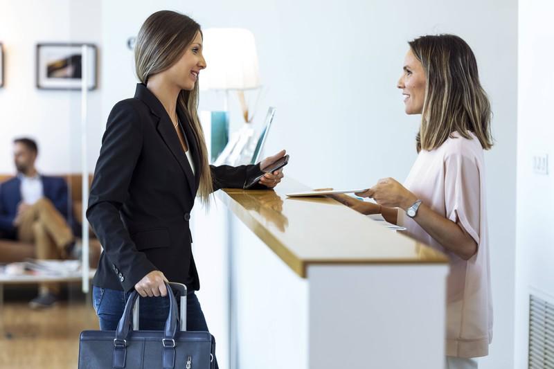 Vor Ort kennen sich viele der Hotelangestellten besonders aus, sodass diese den Gästen oftmals viele und manchmal auch komischeGeschichten erzählen.