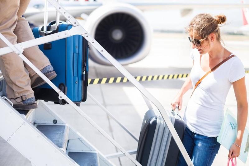 Es ist eine Reisende zu sehen, die im Handgepäck Platz spart, weil sie Lebensmittel, die nicht in die EU dürfen, nicht mitnimmt und die Zollbestimmungen akzeptiert