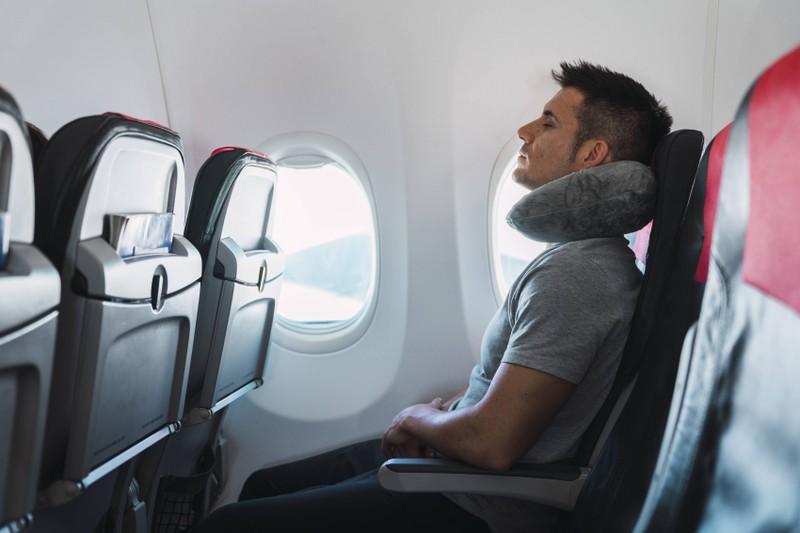 Aufrechtes Sitzen ist ein weiterer Tipp, um den Flug besser zu überstehen.