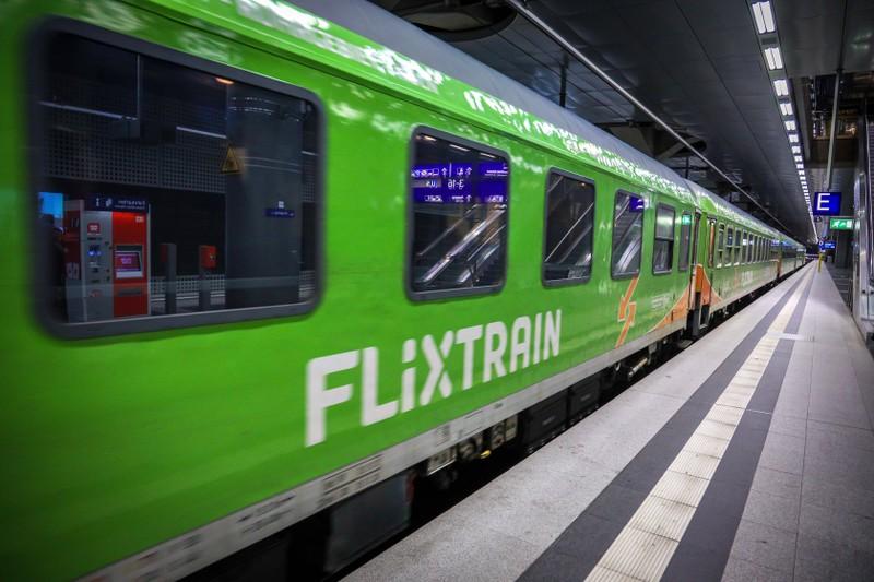 """Ein Flixtrain,  bei dem auch Sonderregelungen gelten, weil man das Ticket während der """"Corona-Zeit"""" auch für die Deutsche Bahn verwenden kann"""
