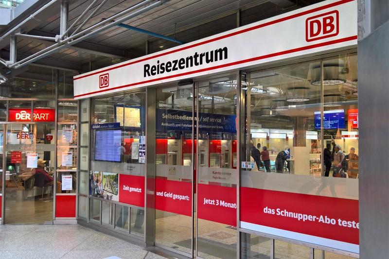 Im Deutsche Bahn Reisezentrum kann man Papierfahrkarten stornieren