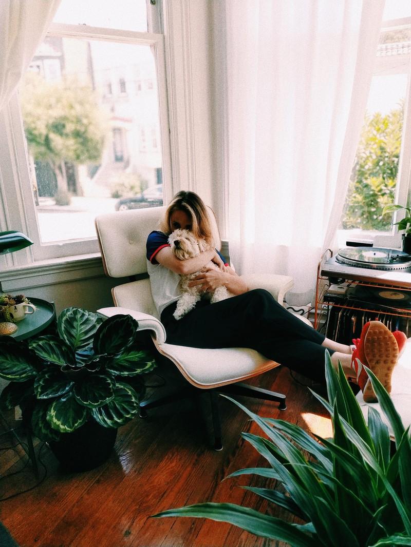 Eine Frau mit ihrem Hund, die den Jahresurlaub Zuhause verbringt