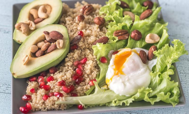 Ein Restaurant serviert einen Salat mit Nüssen