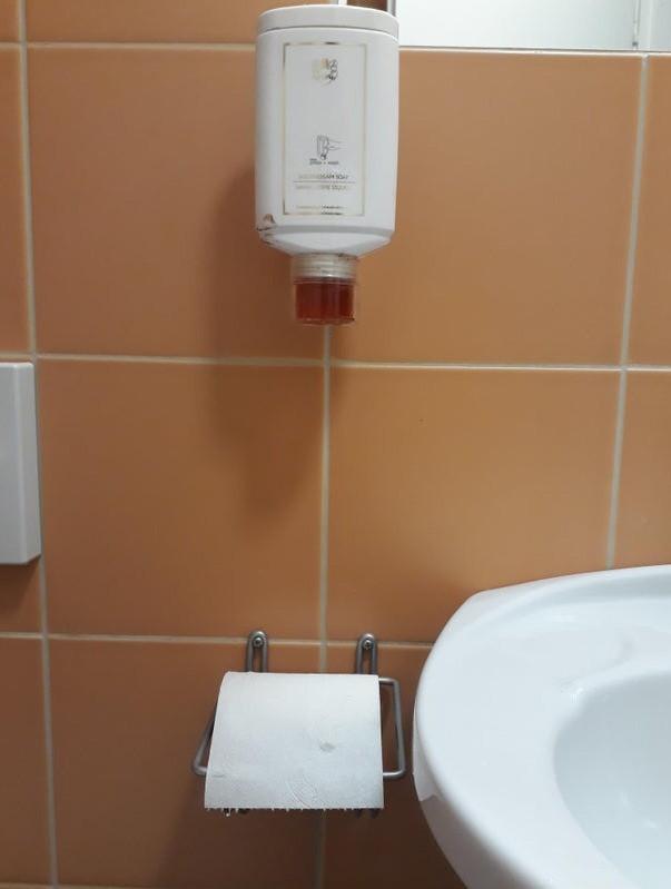 Der Seifenspender in diesem Hotel befindet sich über der Klopapierrolle