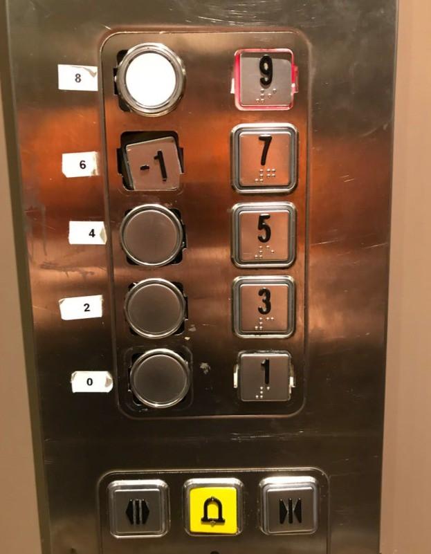Ein Hotel-Fahrstuhl, dessen Knöpfe kaputt sind