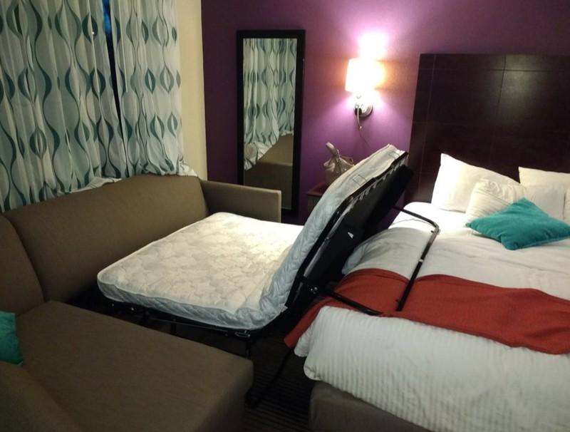 Ein Hotelzimmer, in dem es nicht möglich ist, das Gästebett auszuklappen