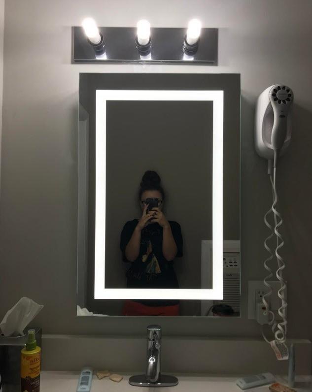 Ein Hotelzimmer, in dem Licht und Spiegel nicht auf einander abgestimmt snd